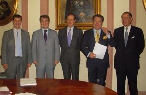 En la imagen, Emilio Fernández Castaño, en el centro, a su izquierda Rosendo Candela e Íñigo Coello de Portugal, a su derecha Javier Íscar y Antonio Maudes.